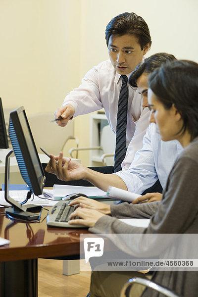 Führungskräfte  die gemeinsam am Computer arbeiten