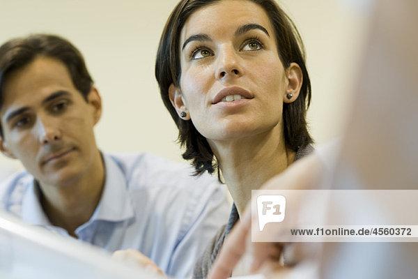 Geschäftsfrau beim Zuhören als Kollegin erklärt Dokument  beschnitten