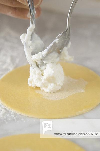 Fried Ricotta-Ravioli mit Honig  Mit Englischsprachigem Rezept Und Teil Eines Pakete