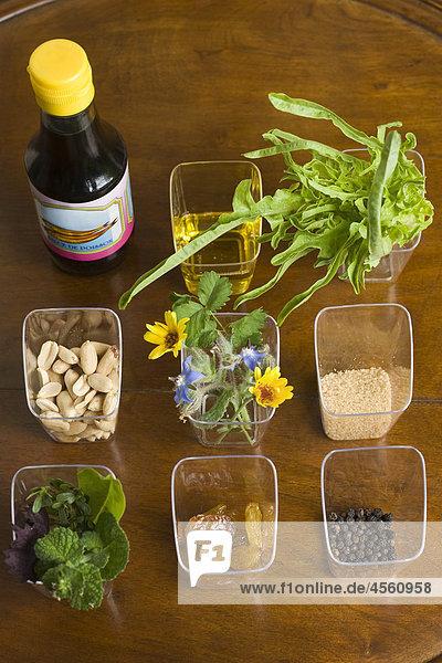 Salat mit verschiedenen Kräutern  Mit Englischsprachigem Rezept Und Teil Eines Pakete