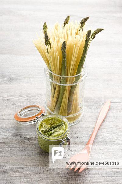 Spaghetti mit Spargel Pesto  Mit Englischsprachigem Rezept Und Teil Eines Pakete