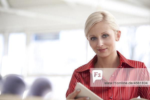 Porträt von junge blonde geschäftsfrau Dokument lesen