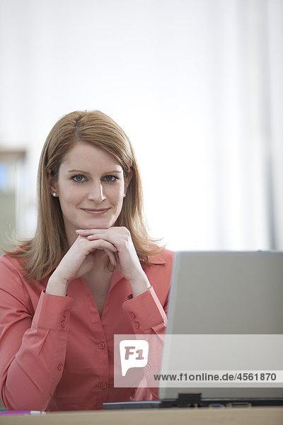 Porträt von Geschäftsfrau with Laptop-computer