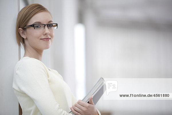 Porträt der jungen mit Brille