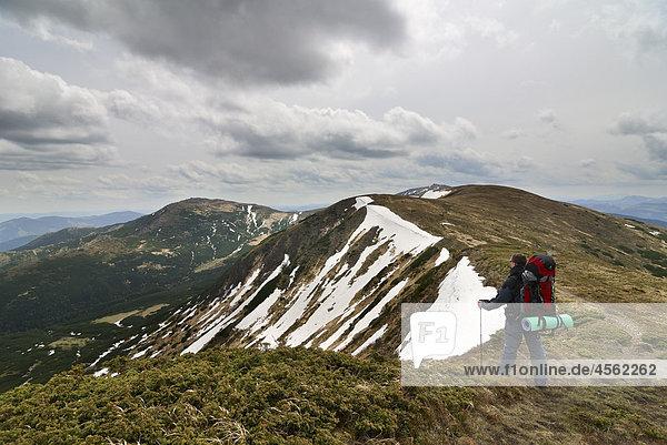 Wanderer auf Chornogora Ridge von Karpaten