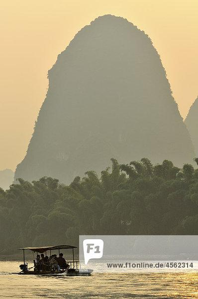 Touristenboot auf Li-Fluss in der Nähe von Yangshuo China Region Guilin