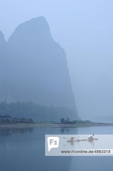Fischer auf Li Rivernear Yangshuo China Region Guilin Fischer auf Li Rivernear Yangshuo China Region Guilin