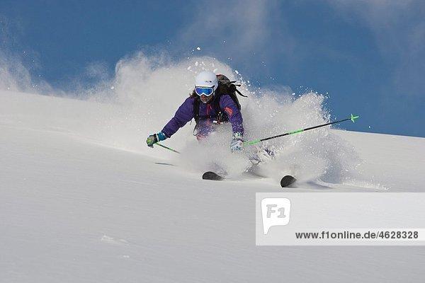 Österreich  Tirol  Kitzbühel  Skifahren im Pulverschnee