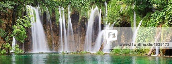 Europa  Kroatien  Jezera  Blick auf den Wasserfall im Nationalpark Plitvicer Seen