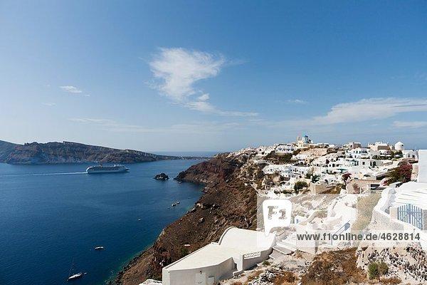 Griechenland  Kykladen  Thira  Santorini  Oia  Blick auf die Stadt mit dem Ägäischen Meer
