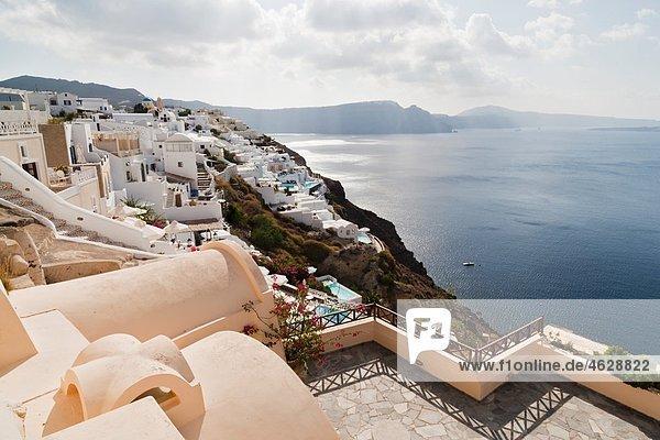 Griechenland  Kykladen  Thira  Santorini  Blick auf Oia und das Ägäische Meer