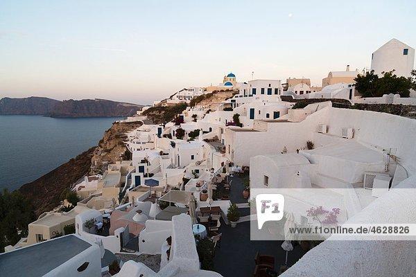 Griechenland  Kykladen  Thira  Santorini  Blick auf das Dorf Oia und das Ägäische Meer