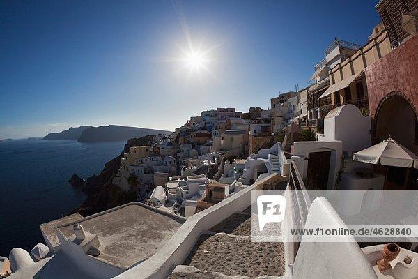 Griechenland  Kykladen  Thira  Santorini  Oia  Blick auf das Dorf und das Ägäische Meer