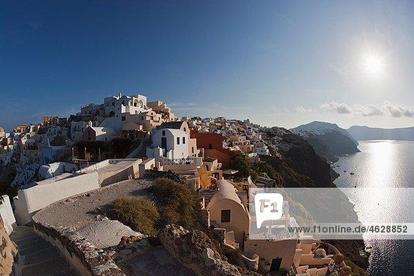 Griechenland  Kykladen  Thira  Santorini  Oia  Blick auf das Dorf mit dem Ägäischen Meer