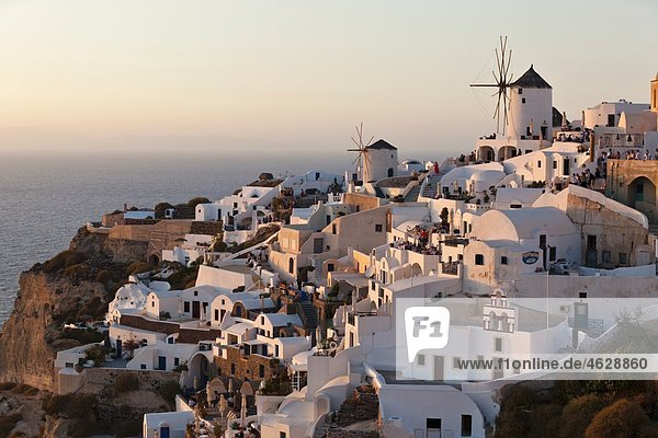 Griechenland  Kykladen  Thira  Santorini  Oia  Blick auf Windmühle und Dorf bei Sonnenuntergang