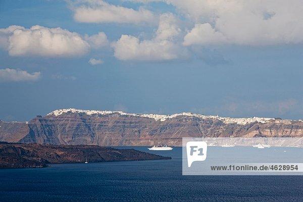 Europa  Griechenland  Kykladen  Thira  Santorini  Blick auf Fira mit Ägäischem Meer