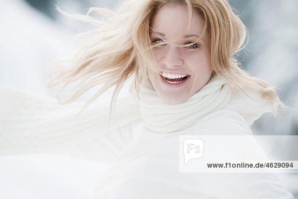 Österreich  Altenmarkt  Junge Frau lächelnd  Portrait