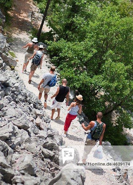 Kroatien  Zadar  Freunde wandern