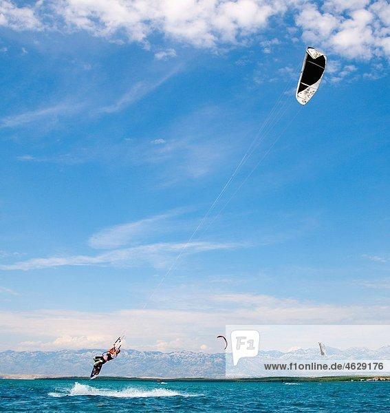 Kroatien  Zadar  Kitesurfer Springen