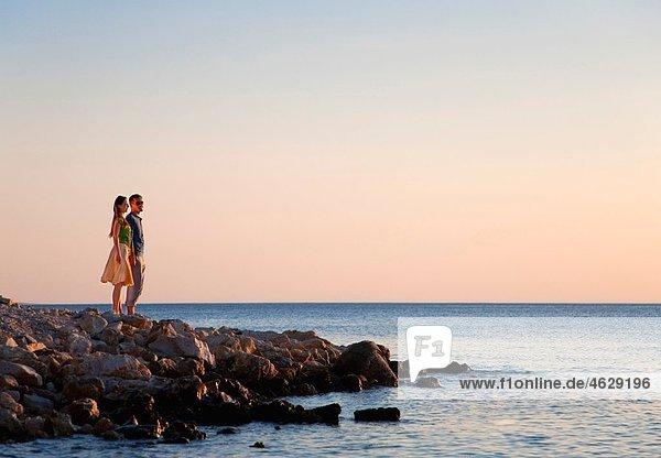 Kroatien  Zadar  Junges Paar mit Blick aufs Meer