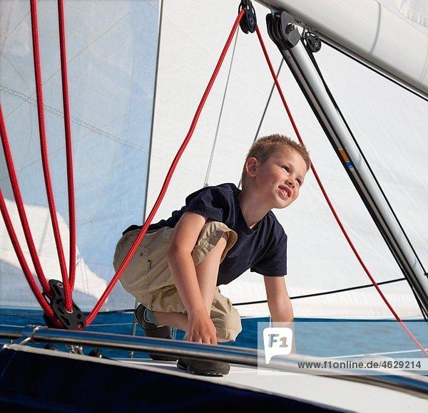 Kroatien  Zadar  Junge auf Segelboot