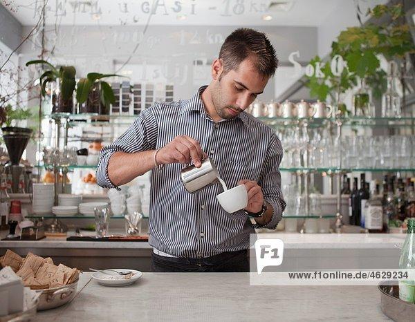 Kroatien  Zagreb  Barkeeper beim Kaffee kochen im Café