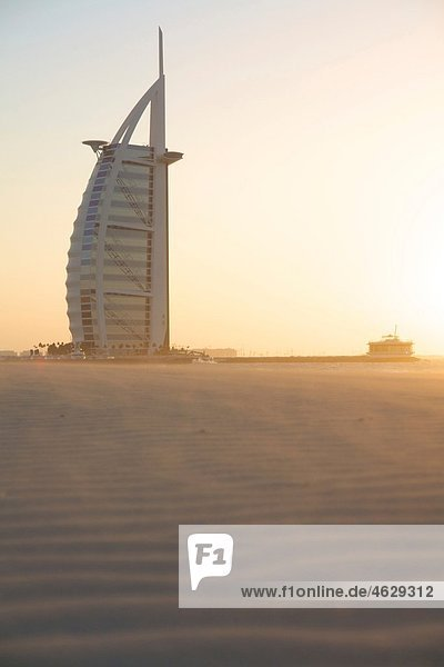 Vereinigte Arabische Emirate  Burj al Arab bei Sonnenuntergang