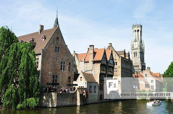 Belgien  Brügge  Westflandern  Rozenhoedkaai  Blick auf den Kanal mit Touristen im Boot