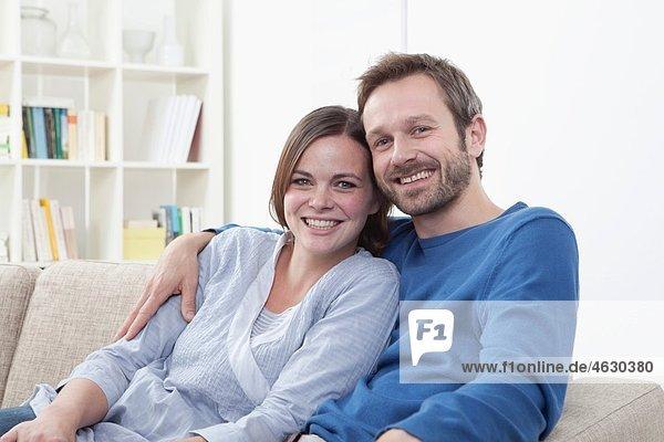 Deutschland  Bayern  München  Paar lächelnd  Portrait