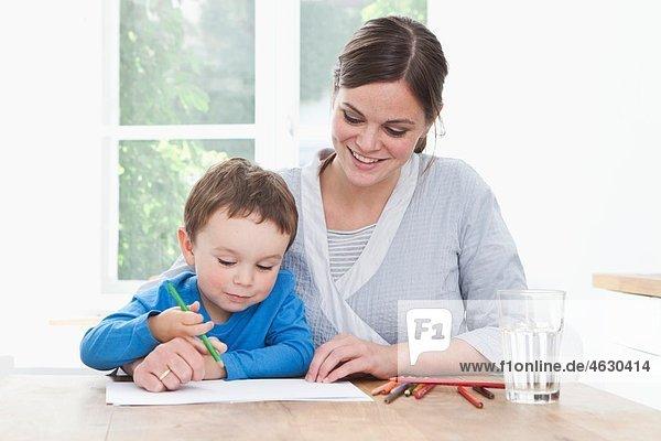 Deutschland  Bayern  München  Mutter und Sohn (2-3 Jahre) malen Bild in der Küche