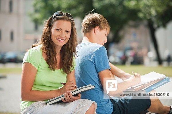 Junger Mann und junge Frau in der Universität