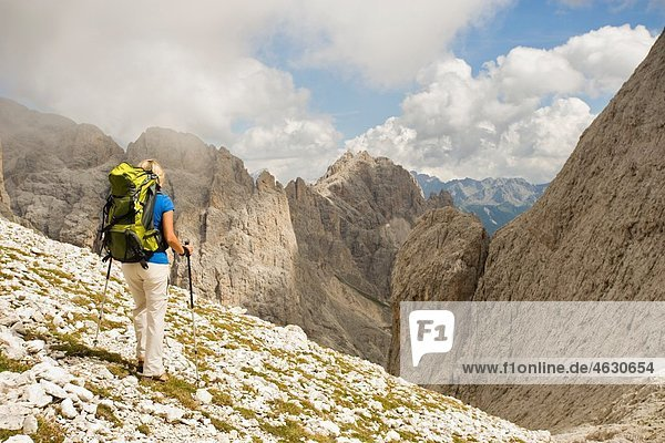 Italien  Dolomiten  Reife Frau beim Wandern am Rosengarten