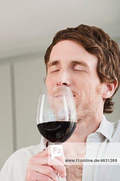Verkostung des Weines in der Küche