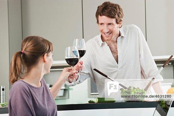 Mann und Frau Toastglas in der Küche