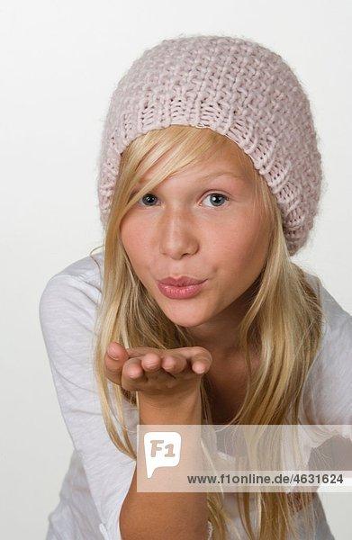 Mädchen (12-13 Jahre) beim Küssen  Portrait
