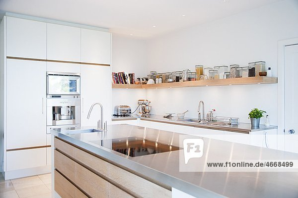 Moderne Küche mit Arbeitsplatte aus Edelstahl - Ojo Images ...