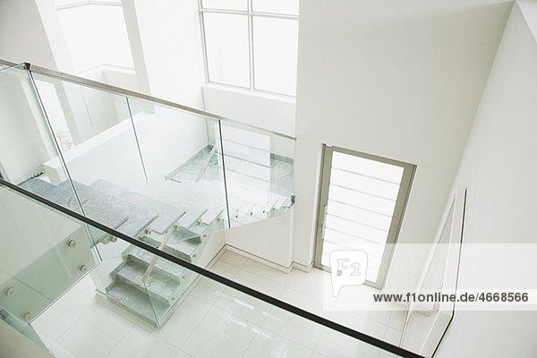 gel nder aus glas an treppenhaus in modernem haus. Black Bedroom Furniture Sets. Home Design Ideas
