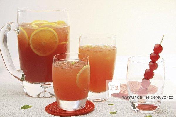 Fruchtpunsch in Gläsern und Glaskrug Fruchtpunsch in Gläsern und Glaskrug