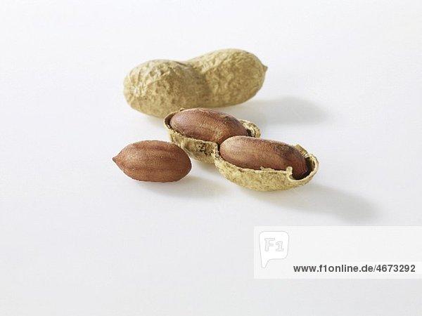 Erdnüsse  ganz und geöffnet