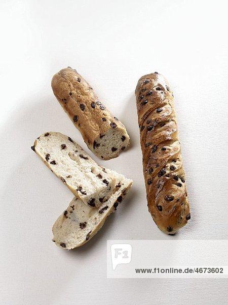 Zwei Brioches mit Schokostücken  aufgeschnitten