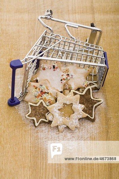 Verschiedene Weihnachtsplätzchen im Einkaufswagen Verschiedene Weihnachtsplätzchen im Einkaufswagen