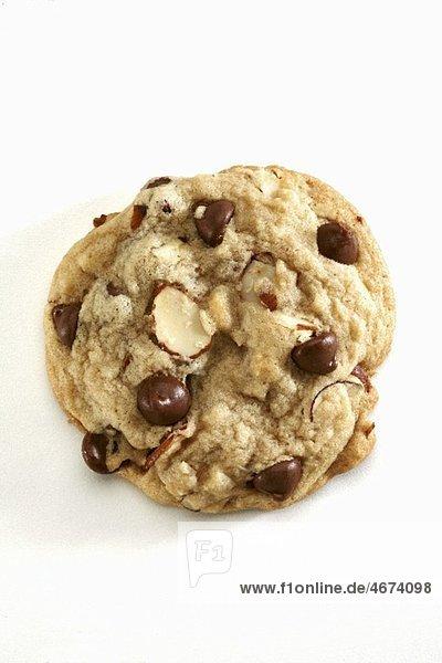 Ein Chocolatechip Cookie mit Mandeln