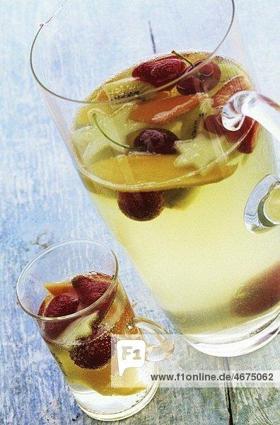 Fruchtpunsch im Glas und Glaskrug