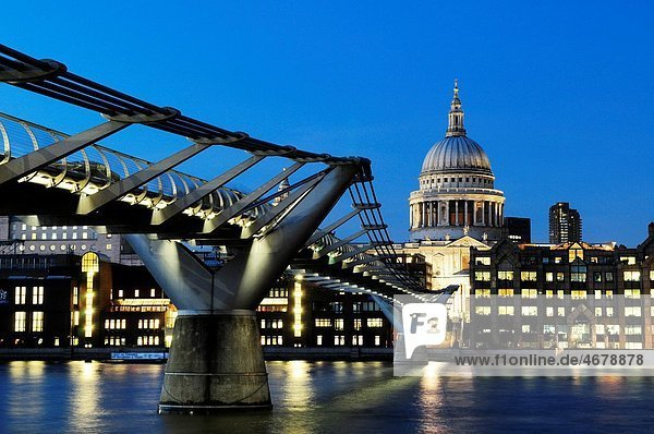 Millennium Bridge and St Paul´s Cathedral at Night  London  England  UK