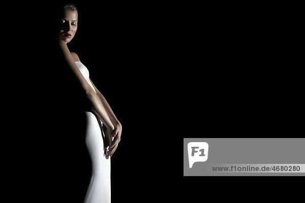 Junge Frau in weißem Kleid