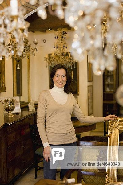 Frau  blättern  Antiquität  Laden