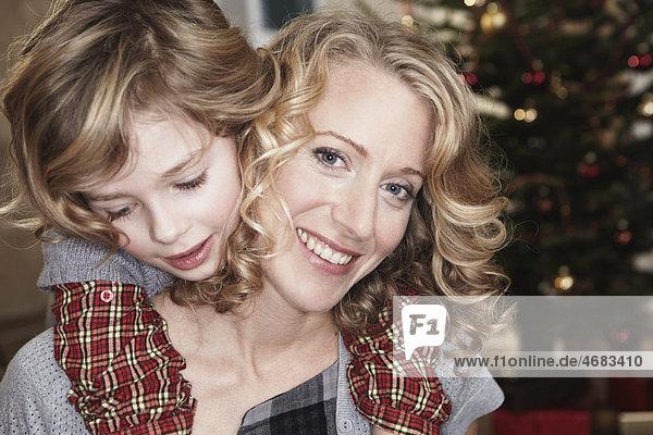 Tochter umarmende Mutter