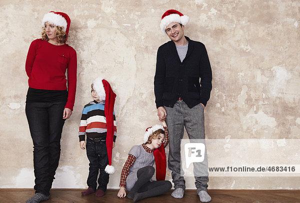 Familie mit Weihnachtsmützen