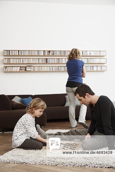 Vater und Tochter spielen Dame Vater und Tochter spielen Dame