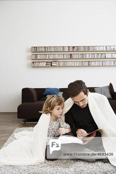 Vater und Tochter unter der Decke Vater und Tochter unter der Decke